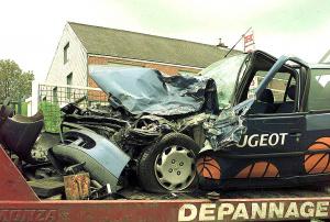 La voiture de David Desy en 1999 après le titre © Belga