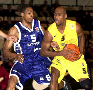Louis Rowe (à droite) lors du match d'Euroleague contre Efes Istanbul en 2001 © Virginie Lefour
