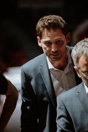 Coach Sam toujours très attentif aux détails.