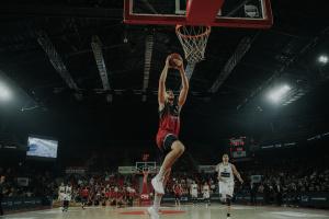 Haris nous a gratifié d'un splendide dunk.