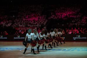 Nos Coca-Colas Dancers ont assuré le show à Forest National.
